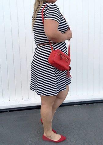 Vestit de punt de ratlles de color blanc i blau completament combinat amb els accessoris de color vermell