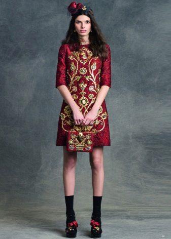 Vestido de cereja com bordados dourados