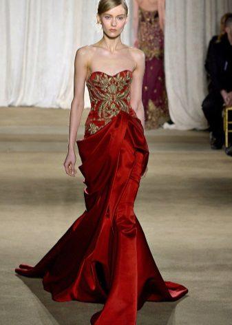 Vestido cor de cereja com bordados contrastantes