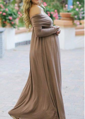 Lange jurk razletayk in de vloer voor zwangere vrouwen