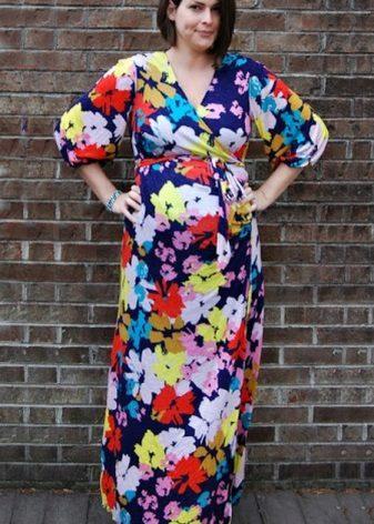 Lange jurk op de grond met een geur voor zwangere vrouwen