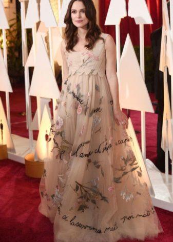 Beige zachte lange jurk in een vloer van het A-vormige silhouet met een plantaardige print voor zwangere vrouwen