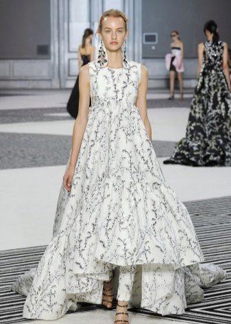 Kort framsida lång a-silhuett klänning