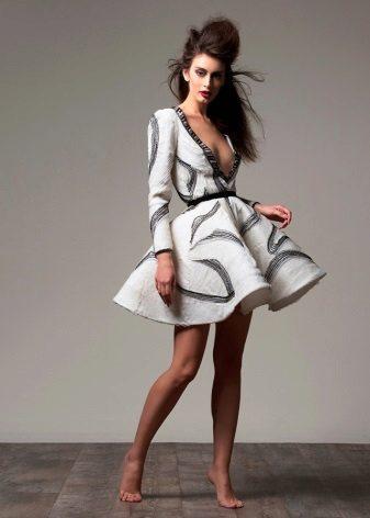 Bolyhos ruha, rövid nyakkivágással