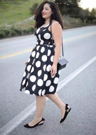 Vestit negre de grans pèsols blancs en combinació amb sabates de ballet per a dones obeses