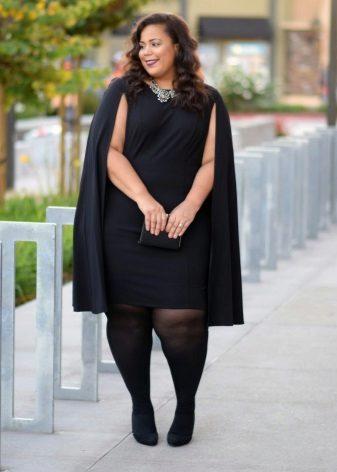 Gran vestit negre d'oficina en combinació amb un impermeable i mitges negres