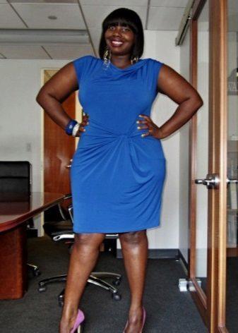 Vestit d'oficina blau amb una cortina a la cintura per completar-lo