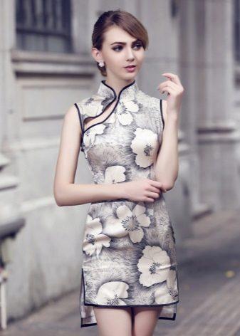 שמלת צ'יפאו קצרה (שמלת צ'ונגסם) בהדפסה פרחונית גדולה עם תחתית לא סימטרית