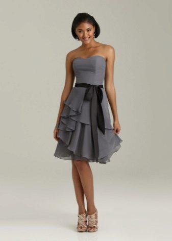 Berpakaian dengan ruffles asymmetrically di atas skirt