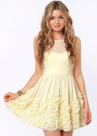 Berpakaian dengan ruffles kecil di atas skirt