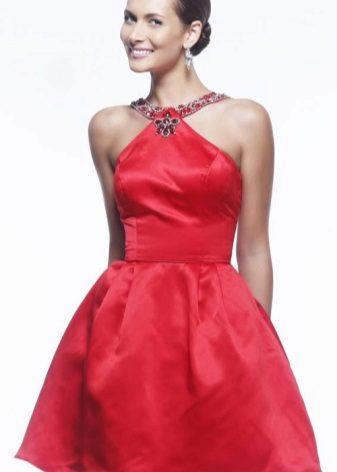 Pakaian merah pendek dengan rok matahari separuh