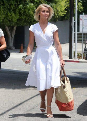 Fehér ruha, közepesen hosszú illattal