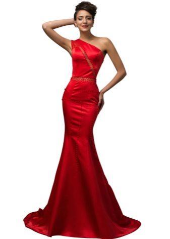 Red satin dress na may tren