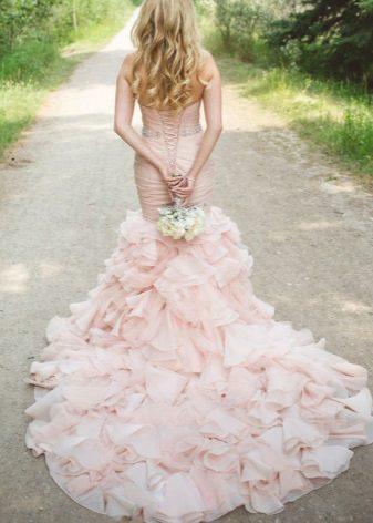 Rosa kjole med et veldig langt tog