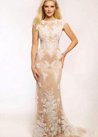 Vakker hvit kjole med tog med naken kroppseffekt