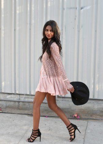 השמלה טוניקה עם סנדלים