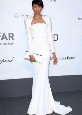 Pitkä valkoinen mekko, jossa pitkät hihat