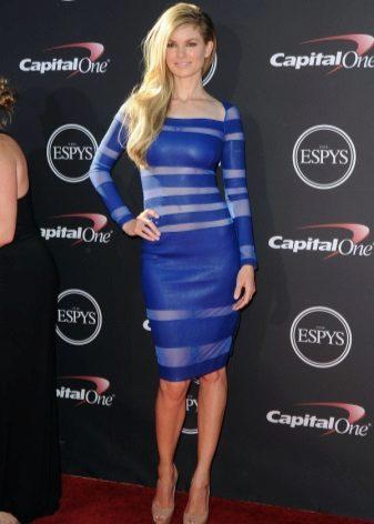 Tyylikäs sininen keskipitkä mekko, jossa pitkät hihat