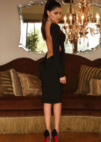 Musta keskipitkä mekko, jossa pitkät hihat ja avoin selkä