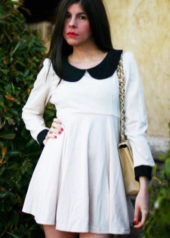 Strikk hvit kjole med høy midje med svart krage og mansjetter