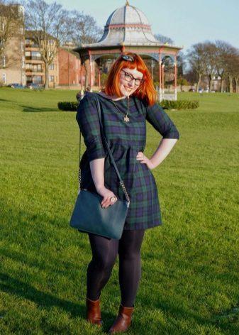 Groene jurk met een hoge taille in een kooi voor zwaarlijvige vrouwen