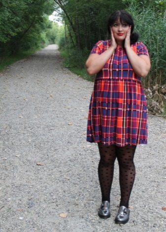 Kleed je met een hoge taille in een kooi voor zwaarlijvige vrouwen