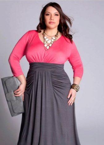 Un vestit en un pis amb una tapa de color rosa amb màniga llarga i una faldilla de color gris per complet
