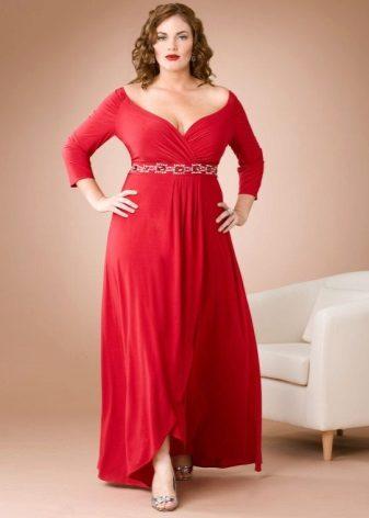 Vestit de color vermell d'estiu a terra amb faldilla asimètrica i màniga llarga per complet