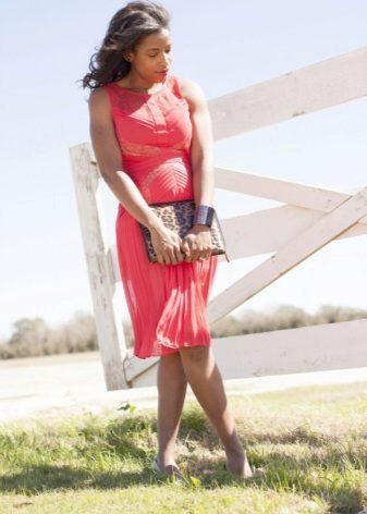 השמלה עם חצאית קפלים מלא