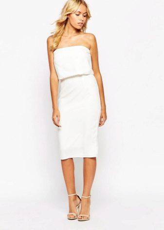 Бяла рокля от бандета с тясна пола за миди