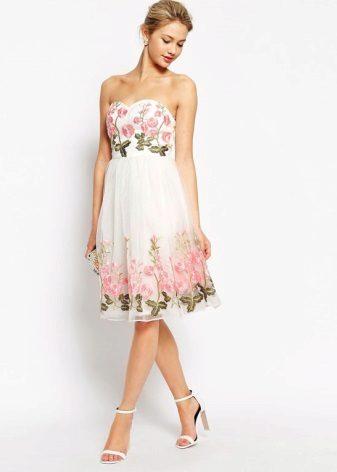 Бяла цветна рокля с банто