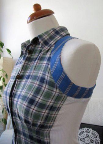 A férfi póló ruhájának varrása a karján