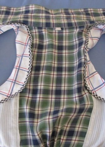 Costura de cava de amostra no vestido de camisa