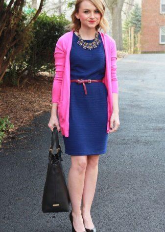 Blauwe jurk met contrasterende riem voor bedrijven