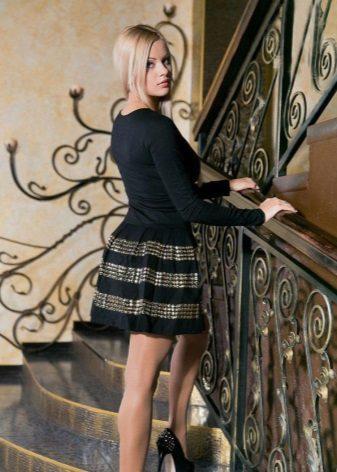 Långärmad kort klänning med klocka kjol