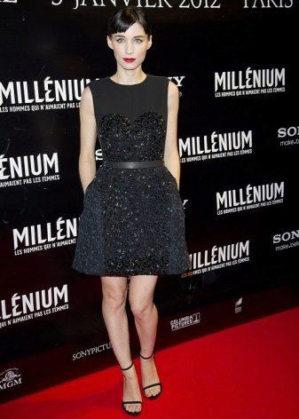 Svart kort klänning med klocka kjol