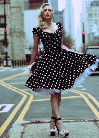 Vestido preto com bolinhas brancas com um sol de saia de camada