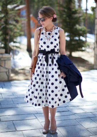 Vestido branco em ervilhas azuis com saia de sol