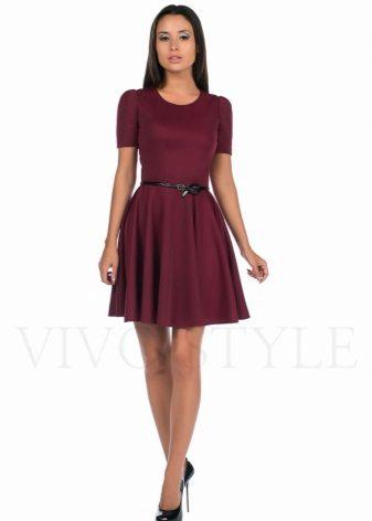 Borgonha vestido curto com uma saia do sol