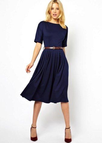 Midi vestido azul com saia de sol