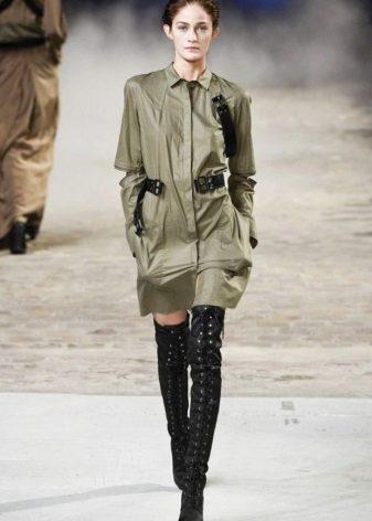 Vestido curto em estilo militar com botas
