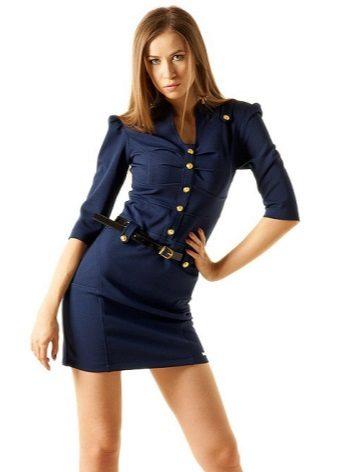 Vestido azul em estilo militar