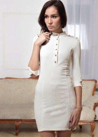 Valkoinen mekko sotilaallisella tyylillä