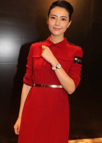 Vestido vermelho em estilo militar