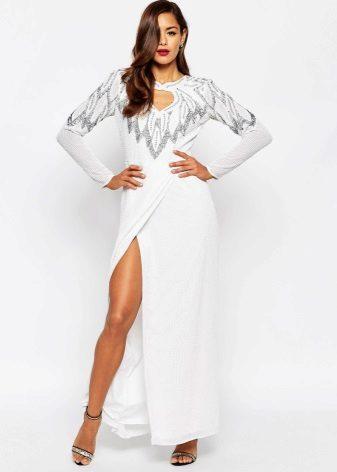 Valkoinen mekko lattialle
