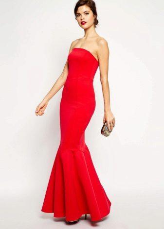 Punainen mekko lattialle