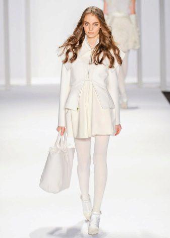 Beyaz elbiseye yoğun beyaz tayt