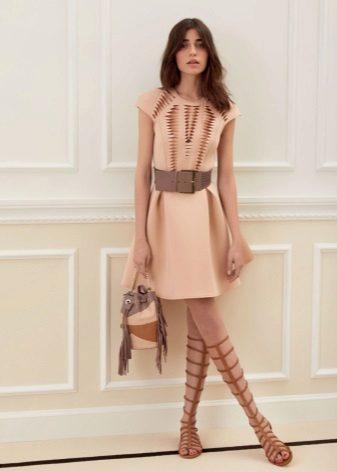 Bej renkli elbise için kahverengi aksesuarlar