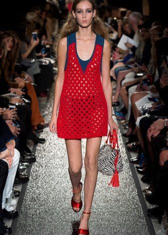 Saco com uma estampa para um vestido de bainha vermelha