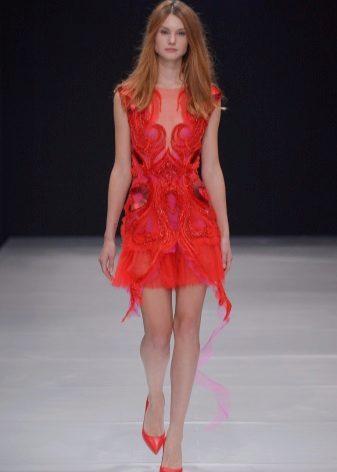 Sapatos para um vestido de bainha vermelha